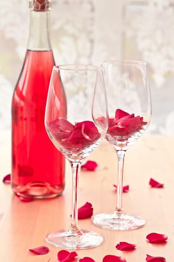 与玫瑰花瓣的鸡尾酒 免版税库存照片