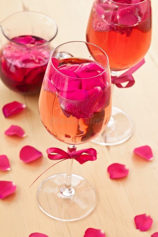 与玫瑰花瓣的鸡尾酒 图库摄影