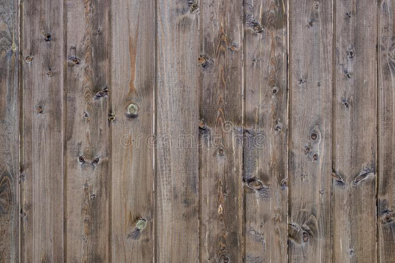 与环境的时间之前整理与垂直的木板条和变暗的墙壁和联络 免版税库存照片