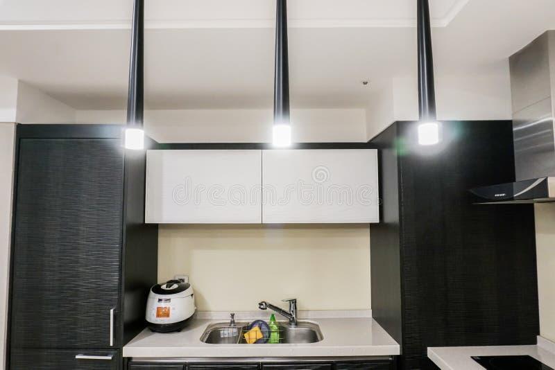 与现代内部的厨房器具 库存图片