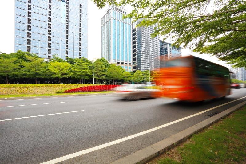 与现代城市大厦的空的路面地板高速公路支持 图库摄影