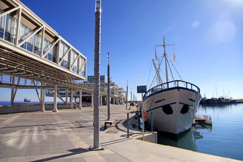 与现代大厦和游艇,利马索尔3月的利马索尔旧港口 库存照片
