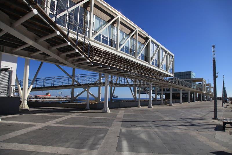 与现代大厦的利马索尔旧港口,利马索尔小游艇船坞, Cypru 免版税图库摄影