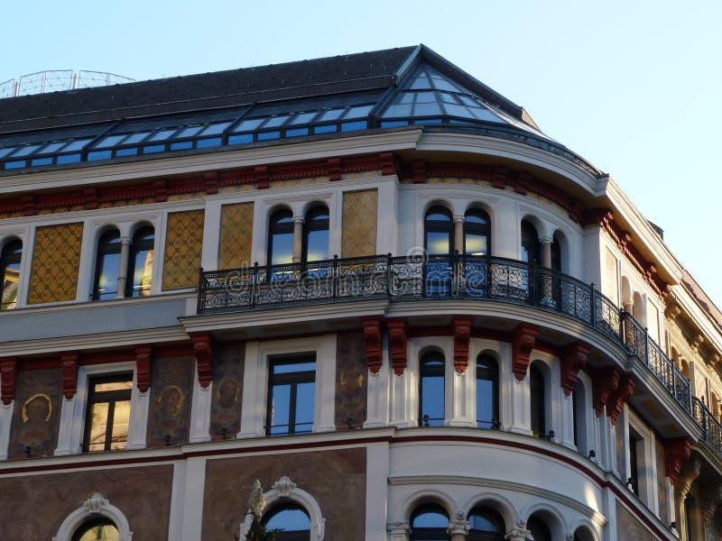 与现代屋顶和天窗的老古典修造的细节 库存图片