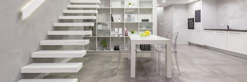 与现代白色楼梯的公寓 库存图片