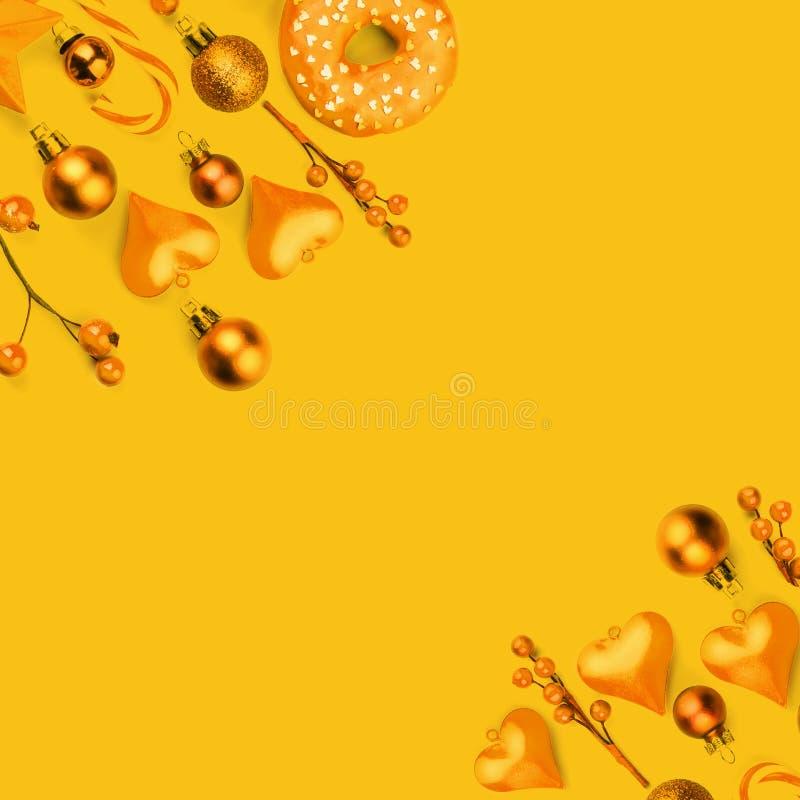 与现代金黄装饰的黄色圣诞节构成背景 库存图片