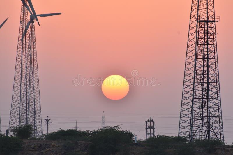 与现代风车的美好的日落在thar沙漠jaisalmer拉贾斯坦印度 免版税库存图片