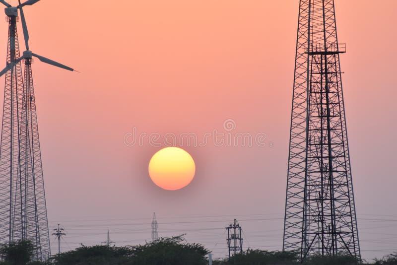 与现代风车的美好的日落在thar沙漠jaisalmer拉贾斯坦印度 免版税库存照片
