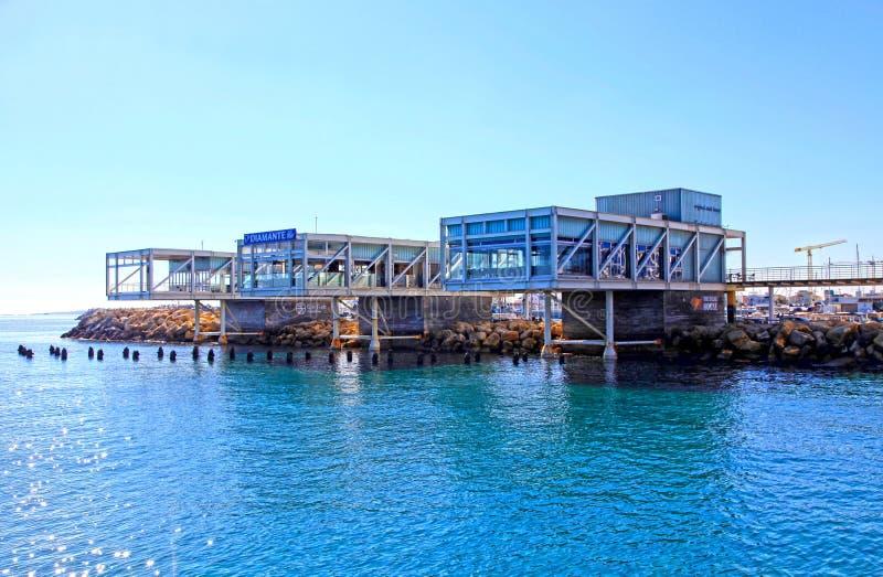 与现代餐馆和地中海的利马索尔旧港口, 库存图片