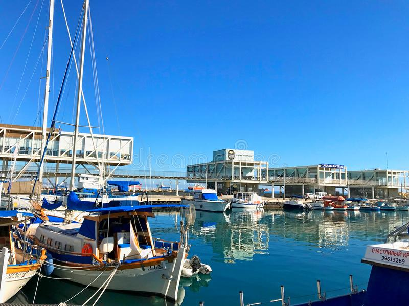 与现代餐馆和游艇,塞浦路斯的利马索尔旧港口 免版税库存图片