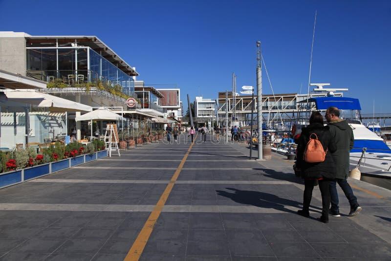 与现代餐馆和游艇,塞浦路斯的利马索尔旧港口 图库摄影