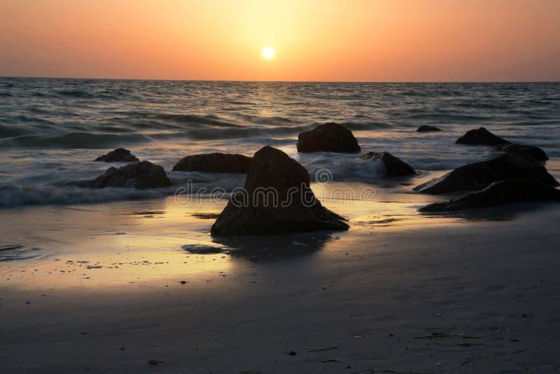 与现出轮廓的岩石的墨西哥湾日落 免版税库存图片