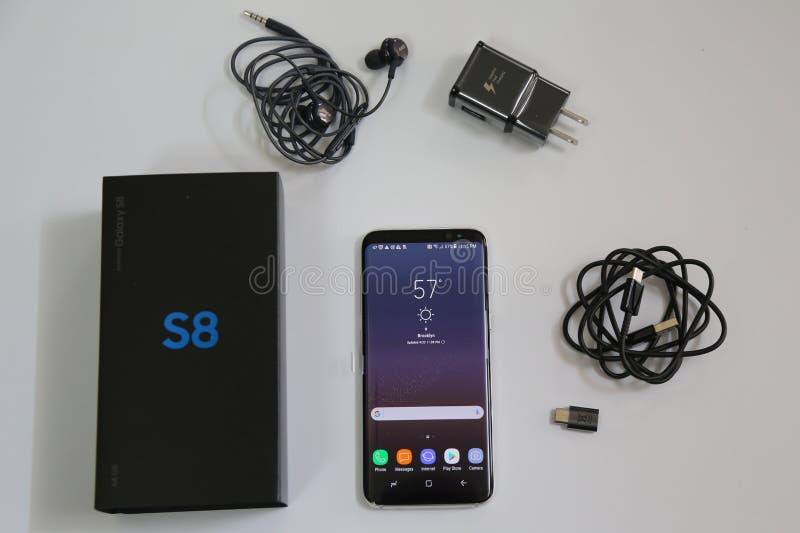 与现在被交付到T流动的辅助部件的三星最新的电话星系S8预先订货顾客 免版税库存照片