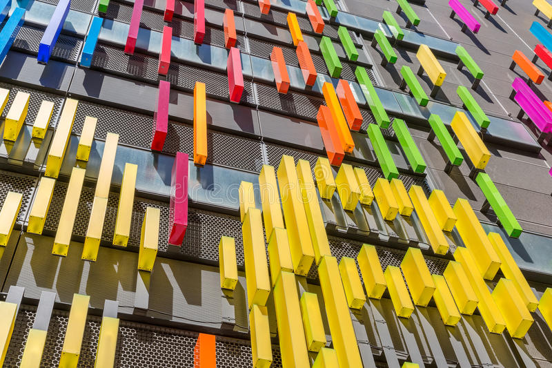 与现代艺术门面的大厦  免版税库存照片