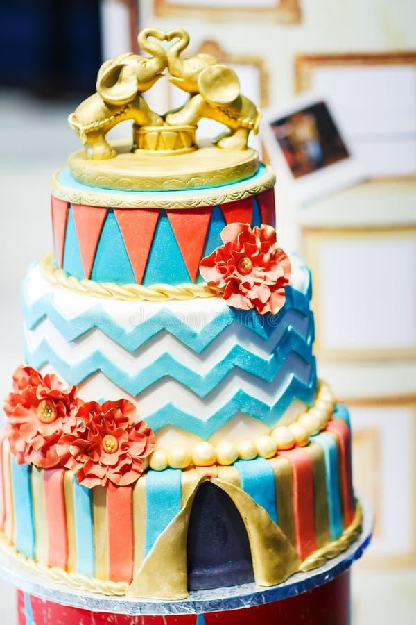 与现代装饰的可口美丽的婚宴喜饼 库存图片