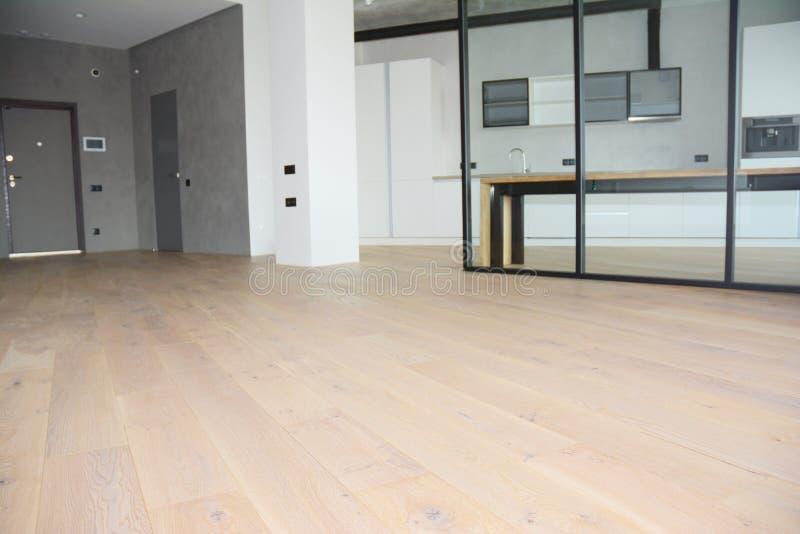 与玻璃墙的现代客厅分区制 与现代内部室玻璃墙的橡木地板 免版税库存图片