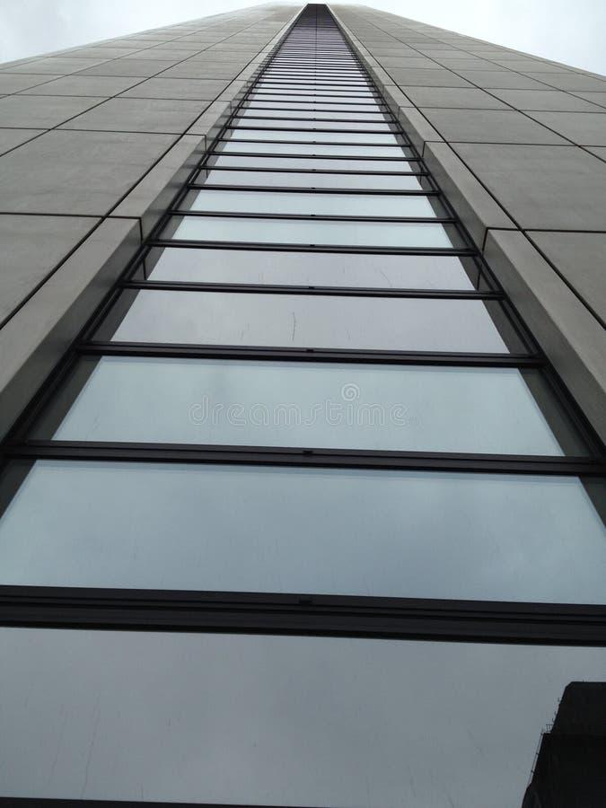 与玻璃的一座现代办公楼 库存图片