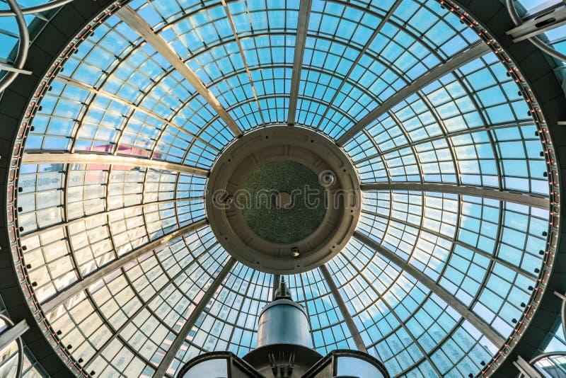与玻璃的穹顶 与铁和玻璃的拱顶式顶棚 o 免版税库存图片