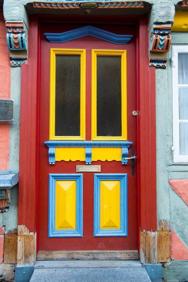 与玻璃窗和被绘的木板的前门 免版税库存照片