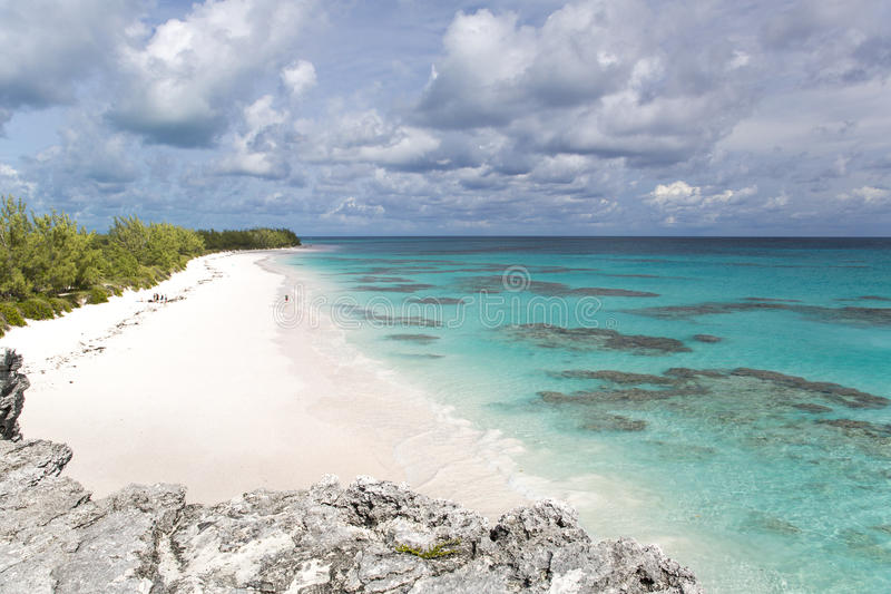 与珊瑚礁的白色沙子海滩 免版税库存图片