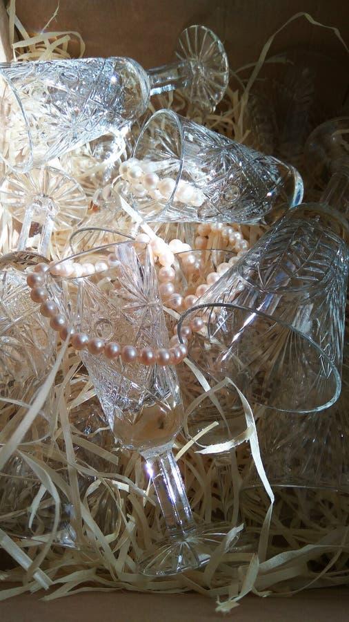 与珍珠小珠的水晶玻璃器皿 图库摄影