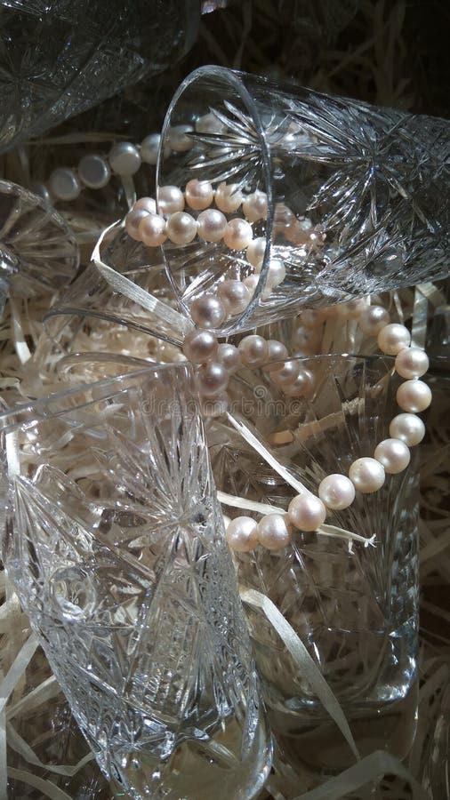 与珍珠小珠的水晶玻璃器皿 库存图片