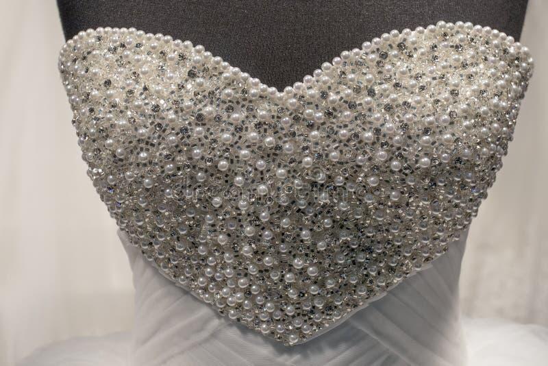 与珍珠的婚礼礼服 免版税库存图片
