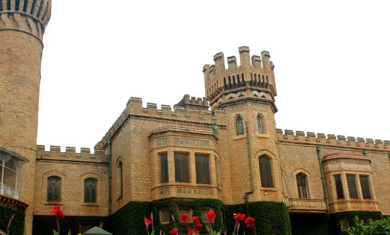 与班格洛宫殿城垛塔的一张正面图有爬行物植物的 库存图片