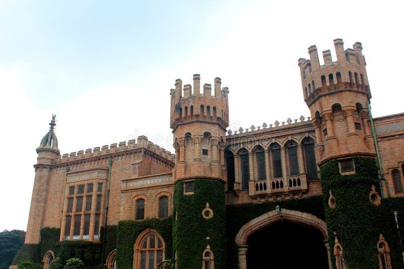 与班格洛宫殿城垛塔的主闸有爬行物植物的 库存图片