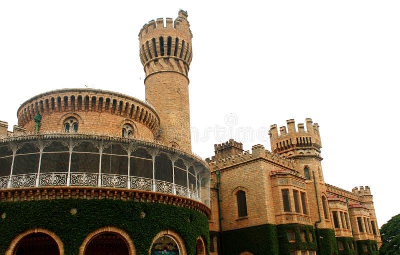与班格洛宫殿城垛塔的美好的正面图有爬行物植物的 免版税库存照片