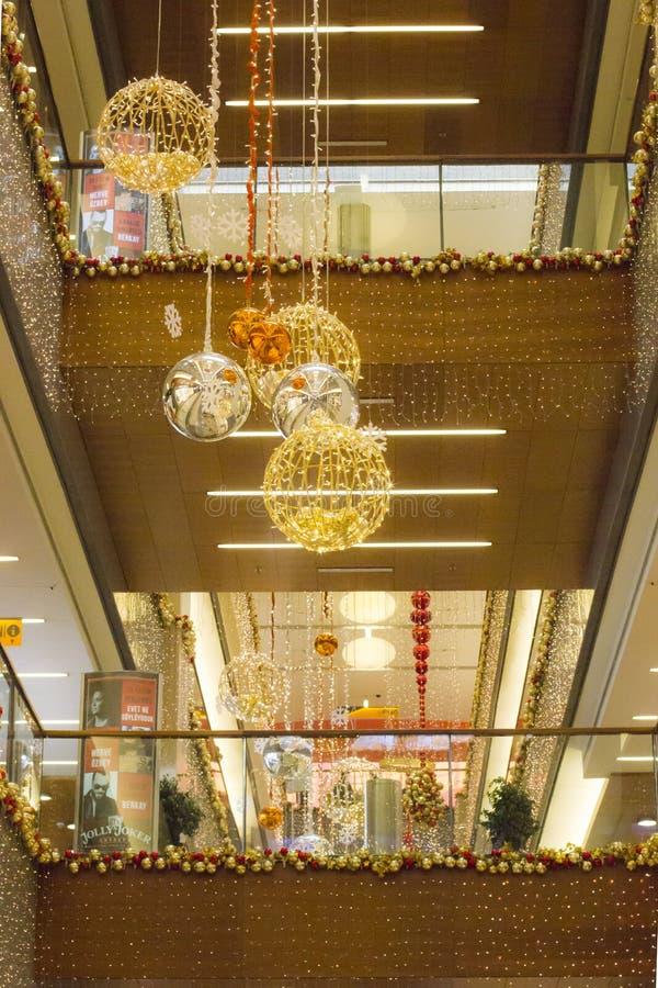与球和圣诞树在购物中心-安塔利亚,土耳其的圣诞节和新年装饰- 12 01 2018年 免版税库存图片