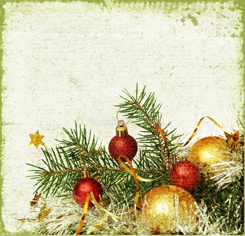 与球和闪亮金属片的圣诞树 库存照片