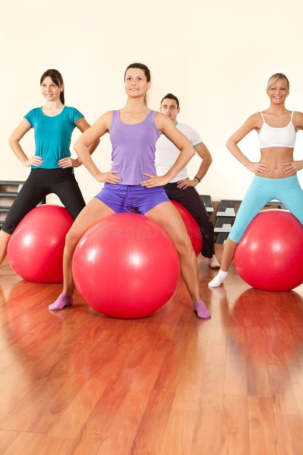 与球的健身执行 库存图片