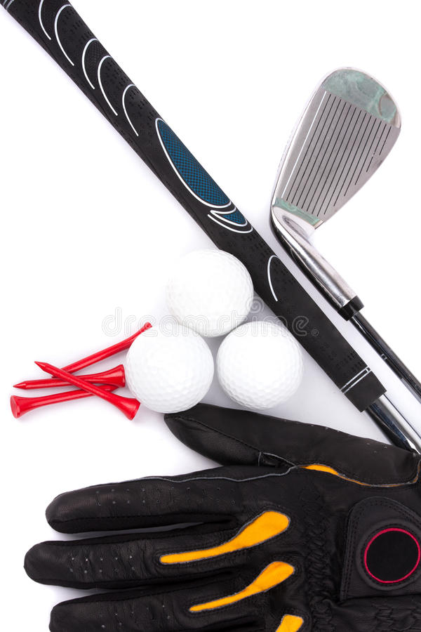 与球的在空白背景的高尔夫俱乐部和手套和发球区域 免版税库存图片