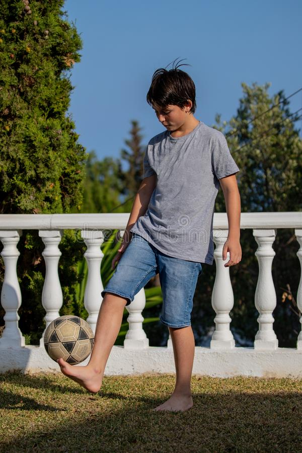 与球的平衡在家庭` s从事园艺 免版税库存照片
