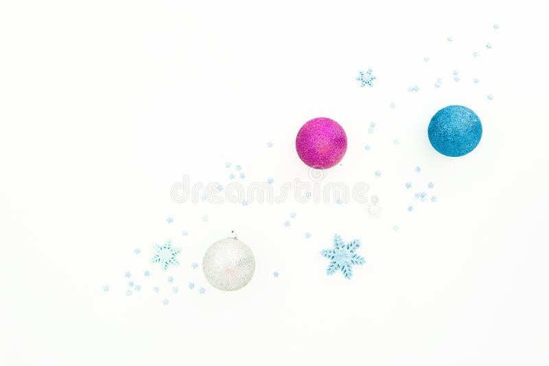 与球的新年构成和在白色背景的桃红色五彩纸屑 平的位置,顶视图 免版税库存图片