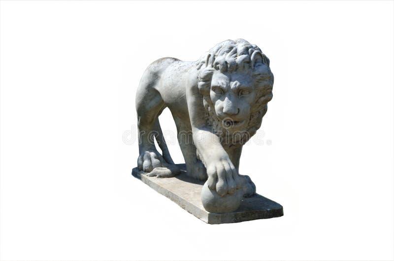 与球的狮子雕象 免版税库存图片