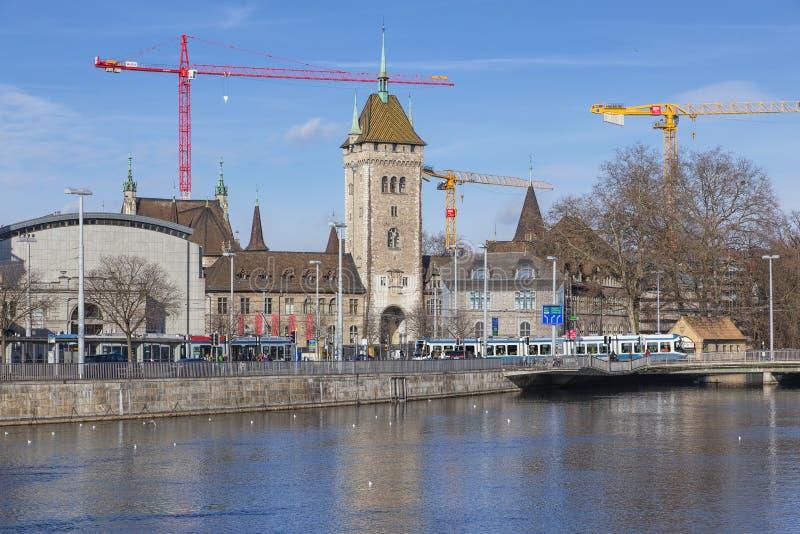 与瑞士国家博物馆的苏黎世都市风景 免版税库存图片