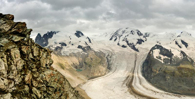 与瑞士Dufourspitz的高山的杜富尔峰山顶 免版税图库摄影