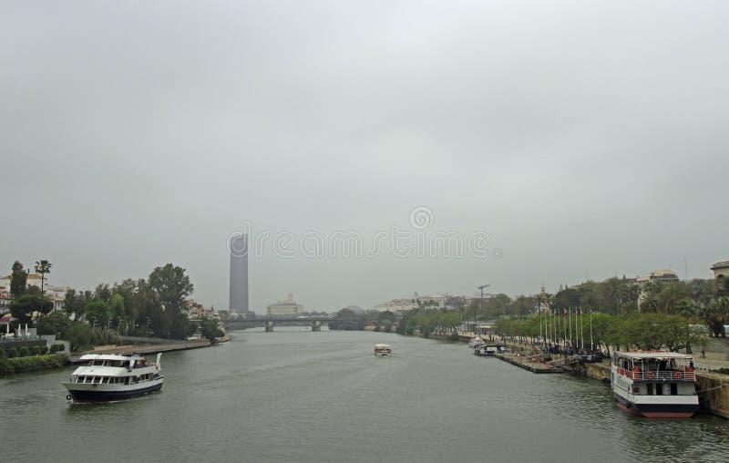 与瓜达尔基维尔河河的都市风景在塞维利亚, 免版税库存图片