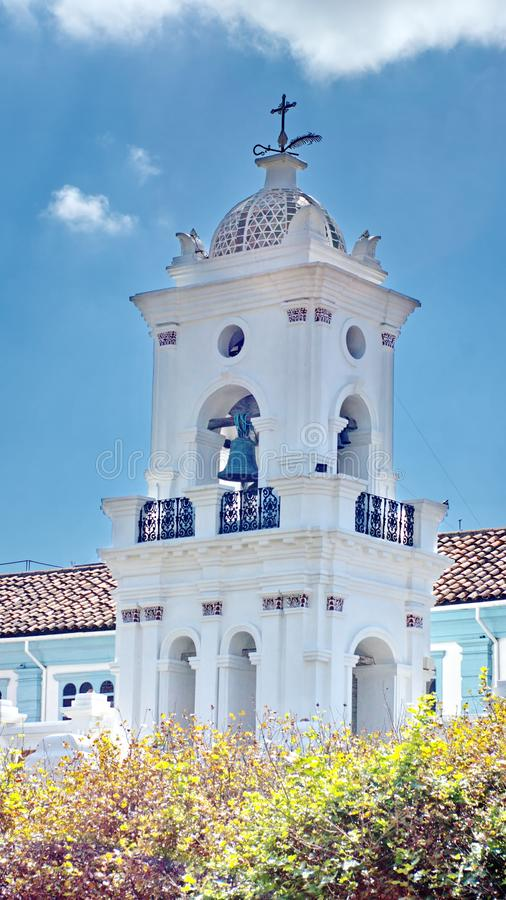 与瓦片圆顶的教堂钟塔 免版税库存照片
