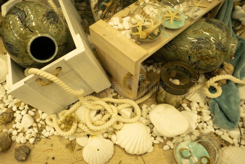 与瓶和贝壳的葡萄酒背景 与海星和贝壳的海洋静物画 图库摄影