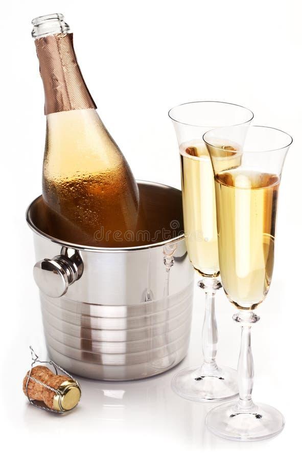 与瓶的二块香槟玻璃。 免版税图库摄影