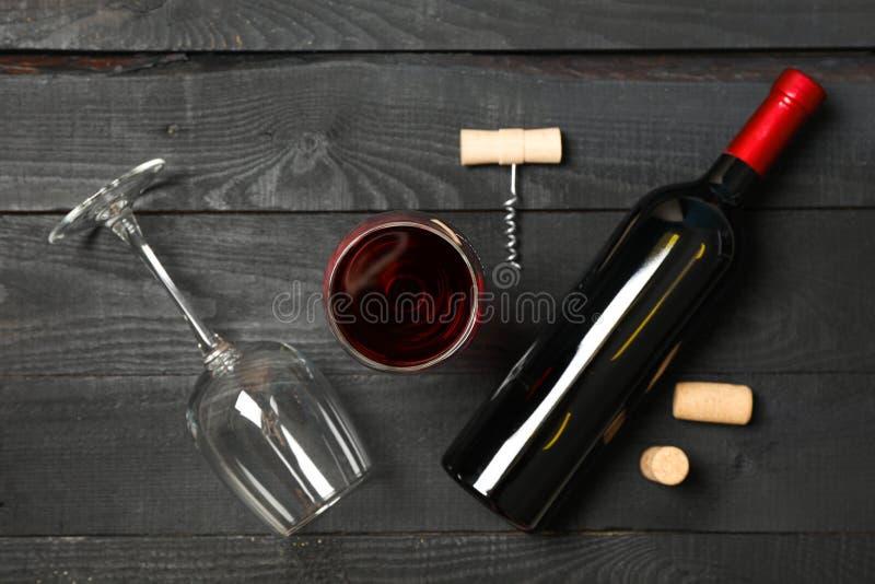 与瓶的平的被放置的构成酒、玻璃和拔塞螺旋在木背景 库存图片