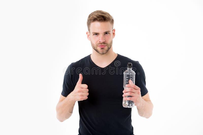 与瓶的有胡子的人展示赞许水 有胡子的渴人在T恤杉举行塑料瓶 干渴和 免版税库存图片