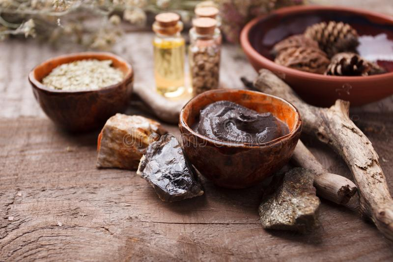 与瓶的构成在桌上的精油 天然化妆品,同种疗法,供选择的传统医学概念 免版税库存照片