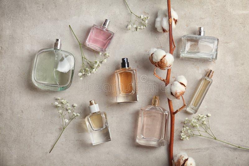 与瓶的美好的构成在轻的背景,平的位置的perfum e 库存照片