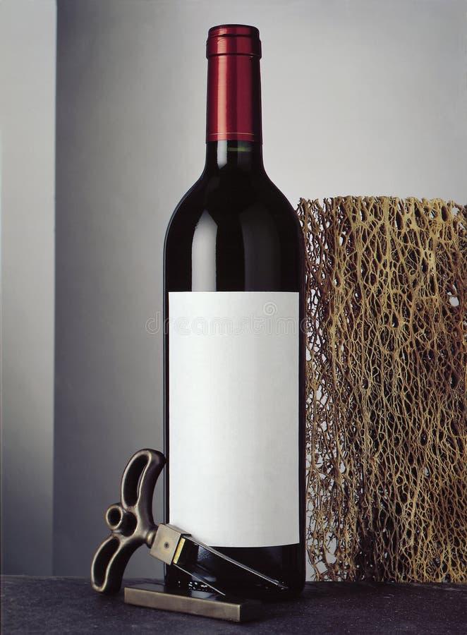 与瓶的静物画红葡萄酒 免版税库存图片