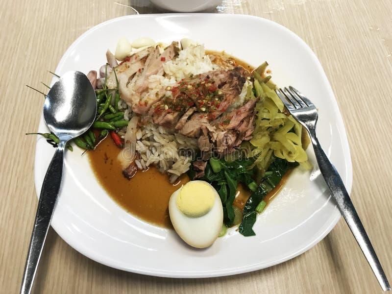 与甜小汤调味汁样式中国菜的被炖的腿猪肉 在窗口的d 免版税库存图片