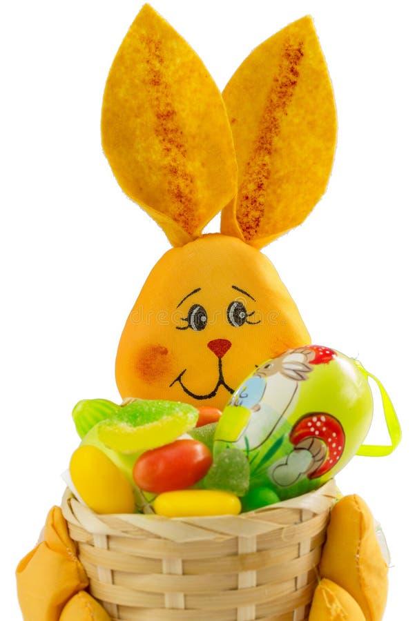 与甜点和复活节彩蛋的复活节兔子篮子 库存照片